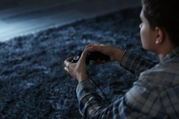 Dipendenza da VIDEOGIOCHI: Cosa fare se il figlio gioca sempre alla Play?