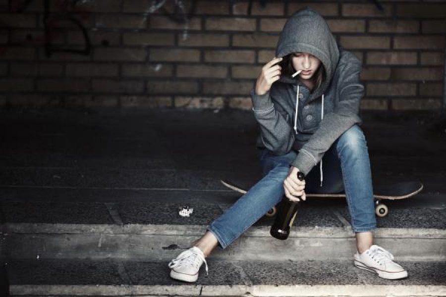 Aumenta l'abuso dell'alcol nei giovani: cosa fare se il figlio beve?