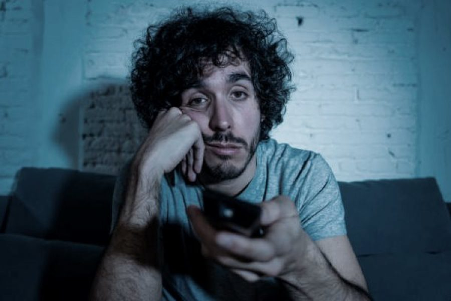 Binge Watching: rimanere incollati allo schermo può diventare una dipendenza